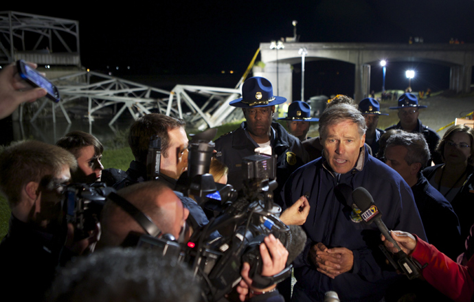 Washington State Governor Jay Inslee addresses the media at the scene of a bridge collapse into the Skagit River on Interstate 5 on May 23, 2013 near Mt. Vernon, Washington (Stephen Brashear / Getty Images / AFP)