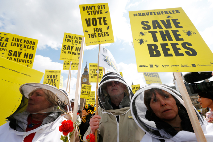 Beekeepers protest in Parliament Square to urge Britain's government to ban the use of pesticides containing neonicotinoids, in central London, April 26, 2013 (Reuters / Andrew Winning)