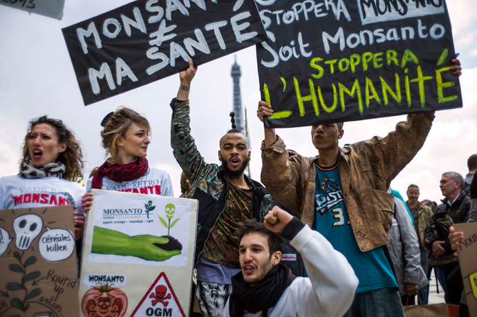 Anti-genetically modified organism (GMO) activists gather on the Trocadero square near the Eiffel tower during a demonstration against GMOs and US chemical giant Monsanto on May 25, 2013 in Paris (AFP Photo / Fred Dufour)
