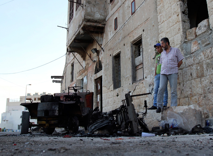 People inspect the damage after overnight clashes in Al-Koubbeh, in Tripoli May 23, 2013 (Reuters / Omar Ibrahim)