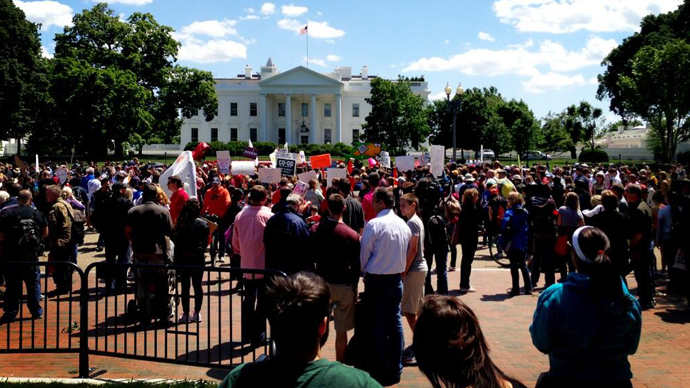 A crowd of marchers gathered in front of the White House. (Image from twitter user@@gmo917)