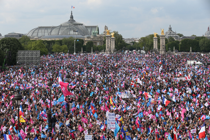 A general view taken on May 26, 2013 partially shows thousands of anti-gay marriage demonstrators gathering at the Invalides square in Paris during a mass protest against a gay marriage law (AFP Photo / Thomas Samson)