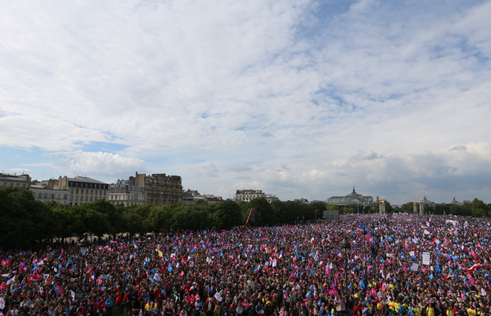 A general view taken on May 26, 2013 shows thousands of anti-gay marriage demonstrators gathering at the Invalides square in Paris during a mass protest against a gay marriage law (AFP Photo / Thomas Samson)