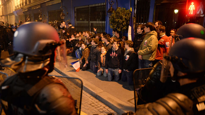 Protesters gather and sit on the ground as riot police surround them on May 26, 2013 in Paris.(AFP Photo / Eric Feferberg)