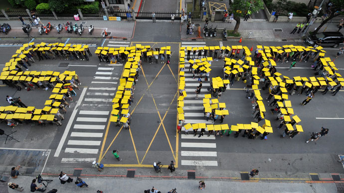 """Chanting slogans like """"Stop dangerous nuclear power"""", hundreds of Taiwanese protestors stand together in front of the parliament in Taipei on May 26, 2013.(AFP Photo / Mandy Cheng)"""