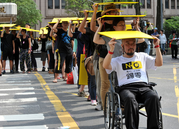 "Chanting slogans like ""Stop dangerous nuclear power"", hundreds of Taiwanese protestors hold placards in front of parliament in Taipei on May 26, 2013.(AFP Photo / Mandy Cheng)"