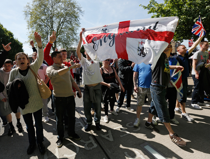 Demonstrators protest against the killing of British soldier Lee Rigby, outside the Woolwich barracks in southeast London May 26, 2013 (Reuters / Olivia Harris)
