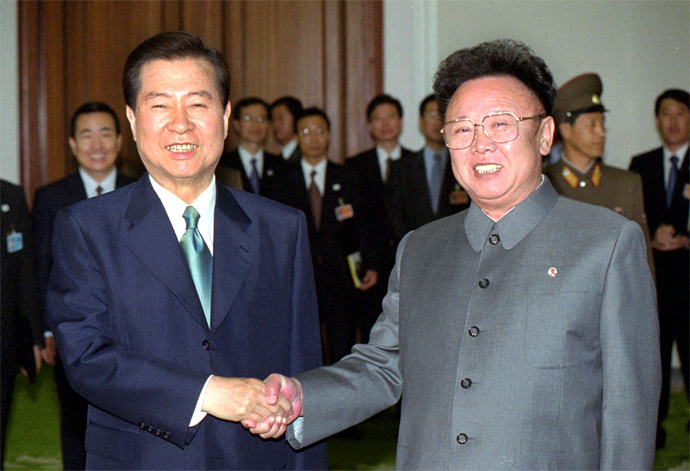 This file photo taken on June 14, 2000 shows South Korean President Kim Dae-Jung (L) shaking hands with North Korean leader Kim Jong-Il (R) in Pyongyang during their historic summit between the two rival nations (AFP Photo)