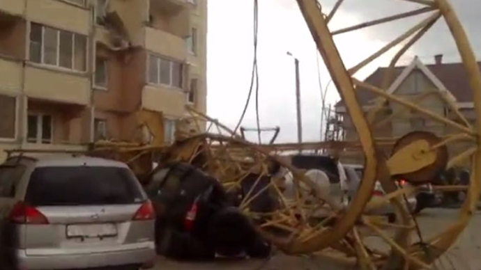 Seven cars parked in front of the apartment building were crushed (Screenshot from vk.com @olgabykova20)