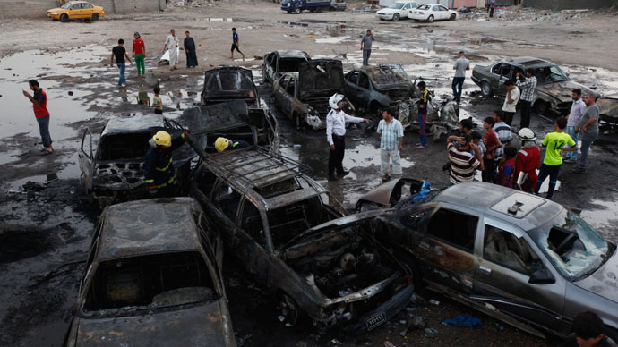 Residents gather at the site of bomb attacks in Baghdad May 27, 2013.(Reuters / Thaier al-Sudani)
