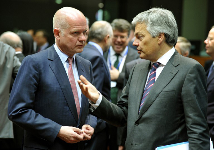 British Foreign Secretary William Hague (L) and Belgium's Foreign minister Didier Reynders talk prior to the Foreign Affairs Council on May 27, 2013 at the EU Headquarters in Brussels. (AFP Photo / Georges Gobet)