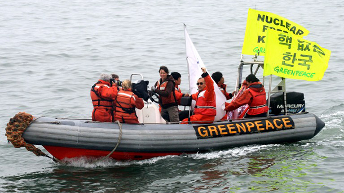 "Greenpeace and South Korean environmental activists display yellow banners reading ""Nuclear free Korea,"" on a boat near a nuclear power plant in Yeonggwang, 260 kms south of Seoul. (AFP Photo / Park Young-Chul)"