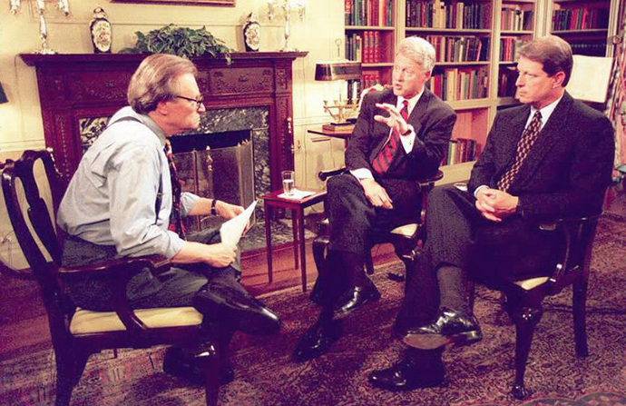 President Clinton (C) and Vice President Gore (R) talk to television talk show host Larry King (L) on CNN's Larry King Live in the White House library late 05 June, 1995. (AFP Photo)