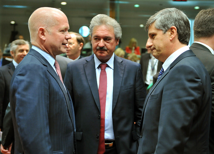 United Kingdom Secretary of State for Foreign and Commenwealth Affairs William Hague (L) speaks with Luxembourg Foreign Affairs minister Jean Asselborn (C) and Austrian Foreign minister Michael Spindelegger (R) prior to a Foreign Affairs Council on May 27, 2013, at the European Union headquarters in Brussels (AFP Photo / Georges Gobet)