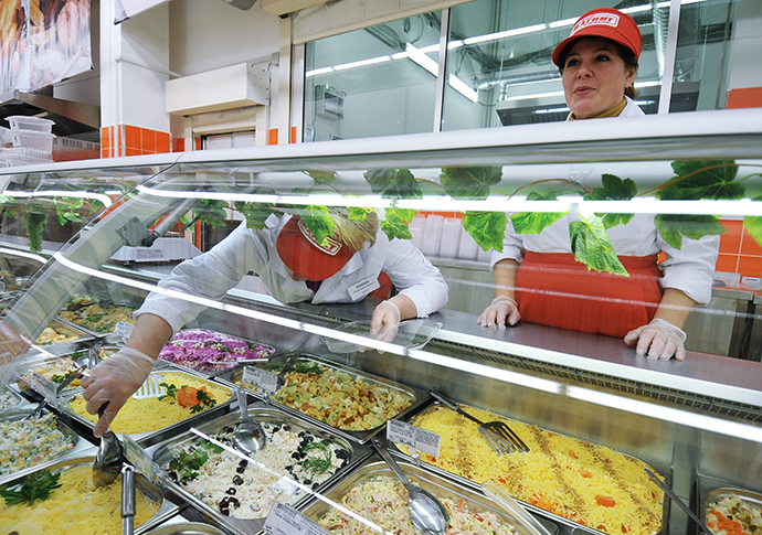 Magnit shop assistants in the cookery department. (RIA Novosti / Konstantin Chalabov)