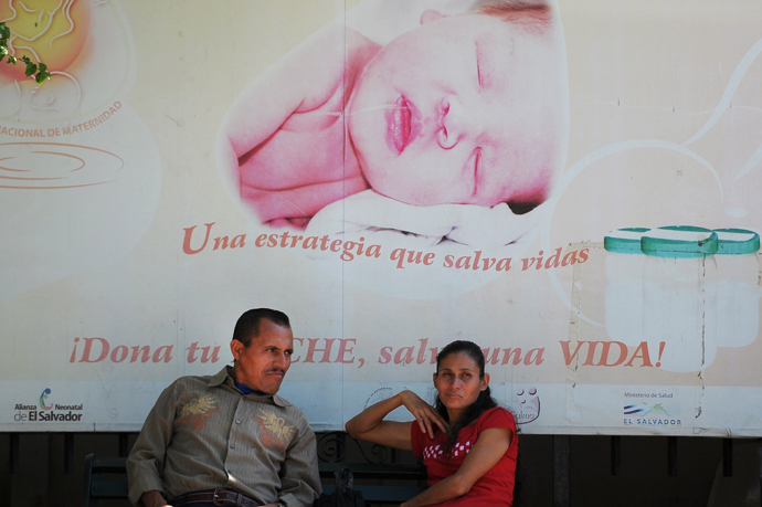 "A couple sits outside the National Maternity Hospital where a woman only known as ""Beatriz"" is hospitalized pregnant with an anencephalic baby, in San Salvador, on May 30, 2013 (AFP Photo / Jose Cabezas)"
