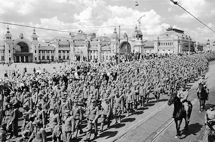 Captive Nazi soldiers, officers and generals convoyed by Soviet warriors in Moscow, 1944. (RIA Novosti / Michael Trahman)
