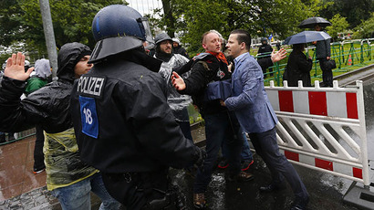Frankfurt riot police charge into marching Blockupy activists, scuffle with protesters