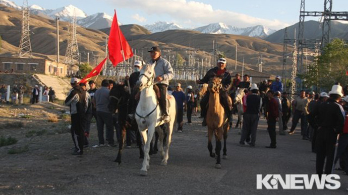 Scores injured in clashes as Kyrgyz horsemen hold Canadian-owned mine hostage (PHOTOS)