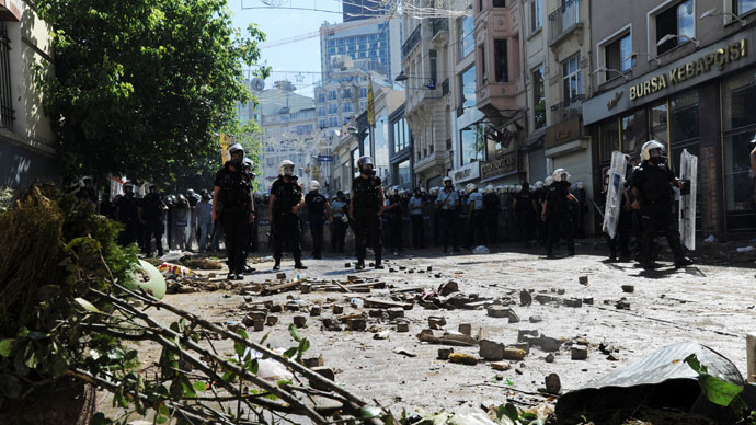 Turkish protestors and riot policemen clash on June 1, 2013.(AFP Photo / Bulent Kilic)
