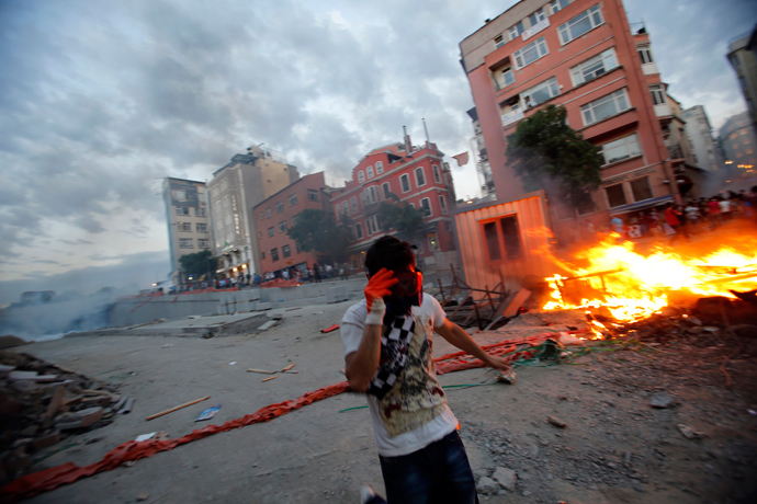 Demonstrators set fire to barricades as they clash with riot police during an anti-government protest at Taksim Square in central Istanbul May 31, 2013 (Reuters / Murad Sezer)