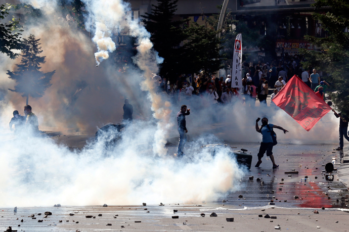 Demonstrators clash with riot police during a protest against Turkey's Prime Minister Tayyip Erdogan and his ruling Justice and Development Party (AKP) in central Ankara June 1, 2013 (Reuters / Umit Bektas)