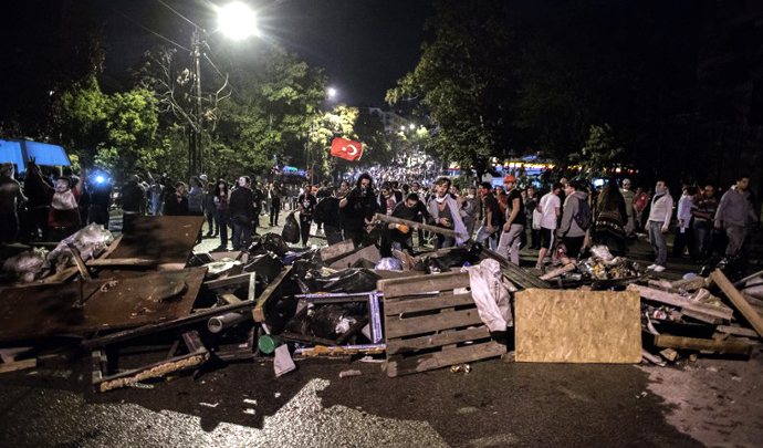 Protesters build a barricade in central Ankara June 12, 2013 during clashes with Turkish riot police. (AFP Photo / Marco Longari)