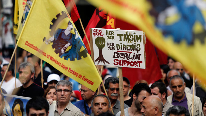 Protesters take part in a march in support of the demonstrators in Turkey in Berlin's Kreuzberg district June 9, 2013.(AFP Photo / David Gannon)
