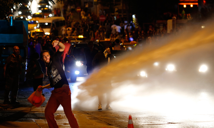 Anti-government protesters clash with riot police in central Ankara early June 1, 2013 (Reuters / Umit Bektas)