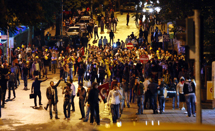 Anti-government protesters shout slogans during a demonstration in Ankara June 14, 2013 (AFP Photo / Adem Altan)