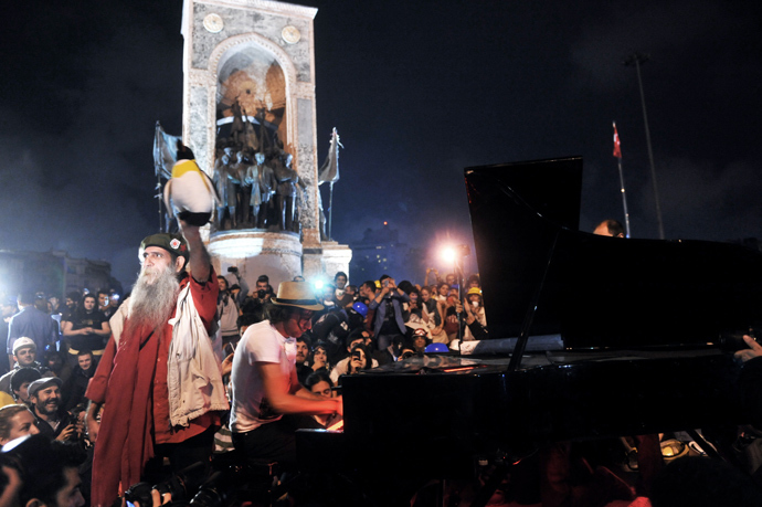 A pianist plays piano during an anti government demonstration in Taksim square on June 12, 2013, one day after heavy clashes with police (AFP Photo / Ozan Kose)