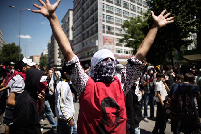 A Turkish demonstrator raises his hands during a protest held in front of the Prime Minister's office in central Ankara on June 4, 2013 (AFP Photo / Marco Longari)