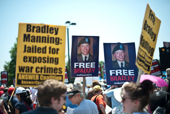 People gather on June 1, 2013 for a demonstration in support of Wikileaks whistleblower, US Army Private Bradley Manning at Fort Meade in Maryland, where Manning's court martial will begin on June 3 (AFP Photo / Nicholas Kamm)