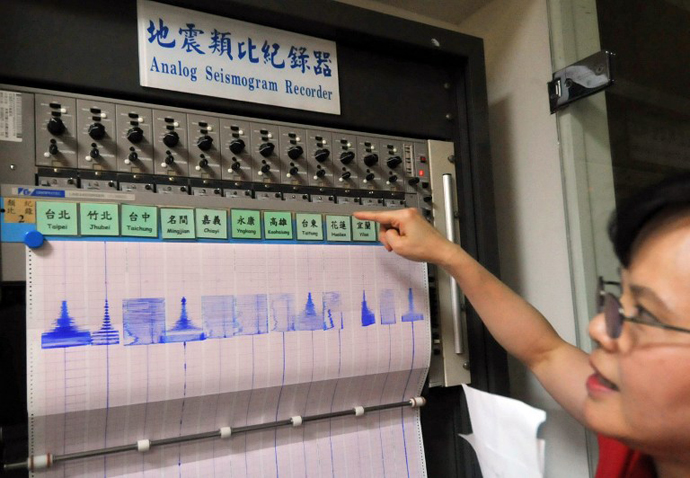 Deputy director of Taiwan's Seismology Center Peih-Lin Leu points at a seismic chart following an earthquake, in Taipei on June 2, 2013. (AFP Photo / Mandy Cheng)