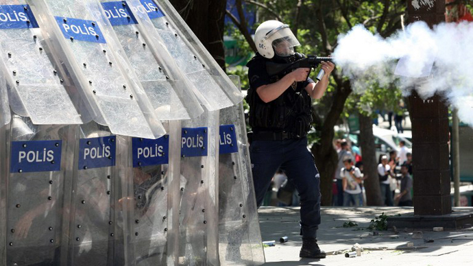 Demonstrators clash with police during a protest against Turkey's Prime Minister Tayyip Erdogan and his ruling Justice and Development Party on June 1, 2013. (AFP Photo / Adem Altan)