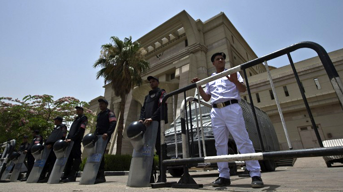 Egyptian riot policemen stand guard outside the constitutional court in Cairo on June 2, 2013. (AFP Photo / Khaled Desouki)