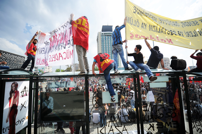 Protestors hold banners on Taksim square on June 2, 2013. (AFP Photo / Bulent Kilic)