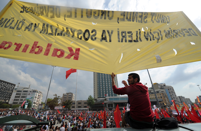 Protestors gather on Taksim square on June 2, 2013. (AFP Photo / Bulent Kilic)