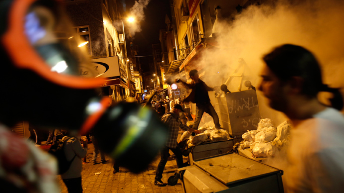 Anti-government protesters clash with riot police near the Prime Minister Tayyip Erdogan's office in Istanbul, June 2, 2013 (Reuters / Umit Bektas)