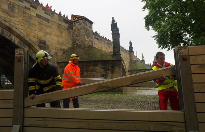 Members of the emercengy services build anti-flood barriers on the left bank of Vlatva river near the Charles Bridge on June 02, 2013 in Prague (AFP Photo / Michael Cizek)