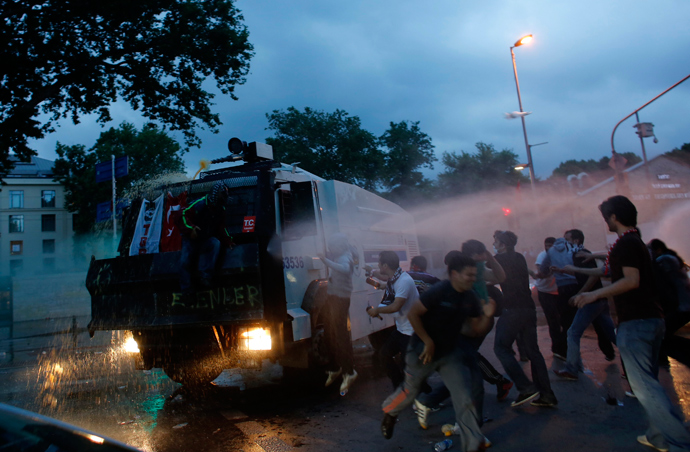 Protesters attack an armoured police vehicle during a protest against Turkey's Prime Minister Tayyip Erdogan and his ruling AK Party in central Istanbul June 2, 2013 (Reuters / Murad Sezer)