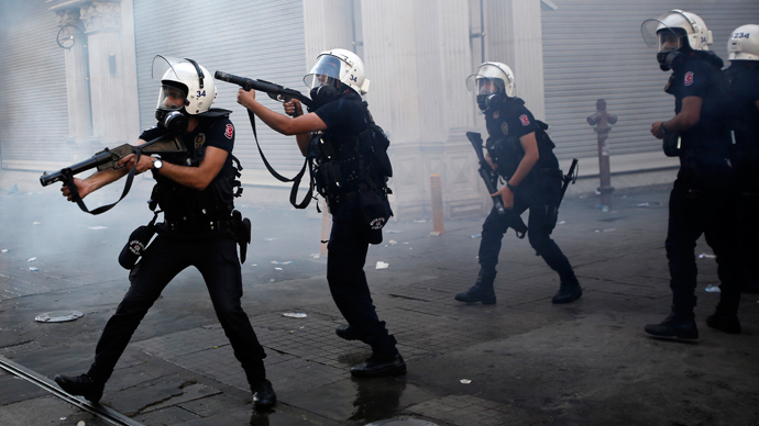 Riot police use tear gas to disperse the crowd during an anti-government protests at Taksim Square in central Istanbul May 31, 2013 (Reuters / Murad Sezer)