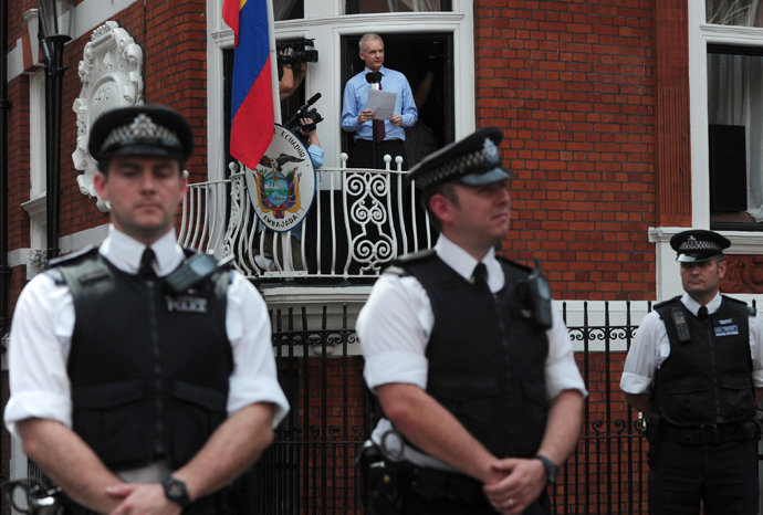Wikileaks founder Julian Assange addresses the media and his supporters from the balcony of the Ecuadorian Embassy in London on August 19, 2012 (AFP Photo / Carl Court)
