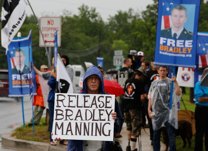 DATE IMPORTED: June 3, 2013 Protesters call for the release of U.S. Army Private First Class Bradley Manning on the road outside the main gate at the U.S. Army's Fort George G. Meade in Maryland June 3, 2013 (Reuters / Larry Downing)