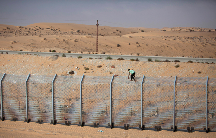A labourer works on the border fence between Israel and Egypt near the Israeli village of Be'er Milcha (Reuters / Nir Elias)