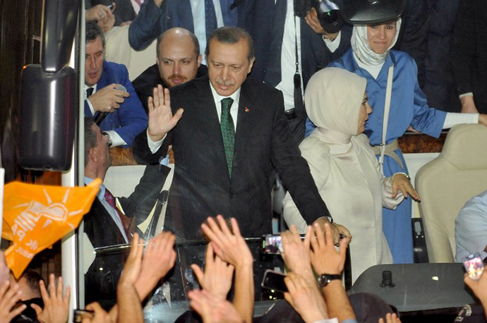 Turkish Prime Minister Recep Tayyip Erdogan is greeted by supporters upon arrival at Ataturk International Airport in Istanbul on June 7, 2013. (AFP Photo / Ozan Kose)