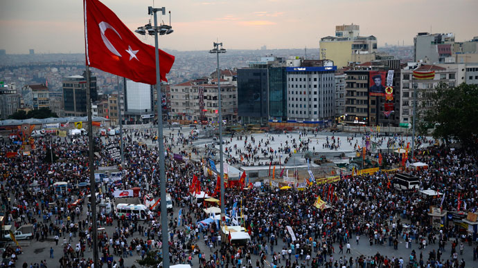 Anti-government protesters gather in Istanbul's Taksim square June 5, 2013. (Reuters / Yannis Behrakis)