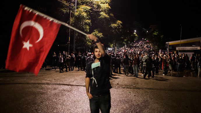 Turkish protesters confront police forces during riots in a restaurant district of Ankara June 5, 2013.(AFP Photo / Marco Longari)