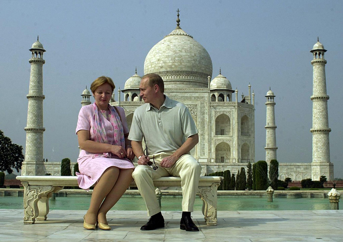 Russian President Vladimir Putin speaks to his wife Lyudmila as they pose in front of the Taj Mahal 04 October 2000. Putin is on a three-day visit to India (AFP Photo)