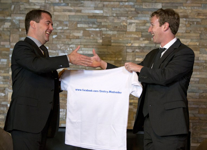 Russia's Prime Minister Dmitry Medvedev (L) receives a T-shirt as a present from Facebook CEO Mark Zuckerberg (R) during their meeting at the Gorki residence outside Moscow, on October 1, 2012. (AFP Photo / Alexander Zemlianichenko)